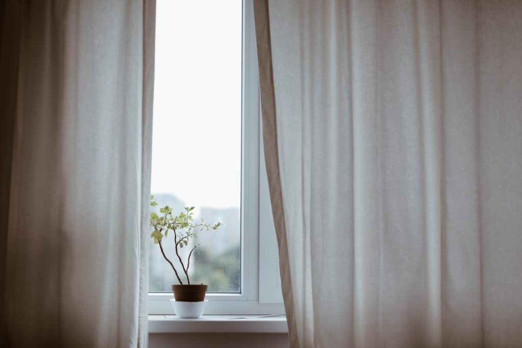 what is the difference between curtains and drapes