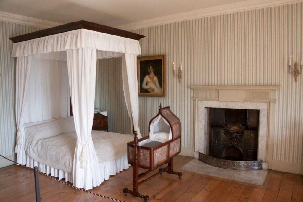 What color should paint an antique iron bed
