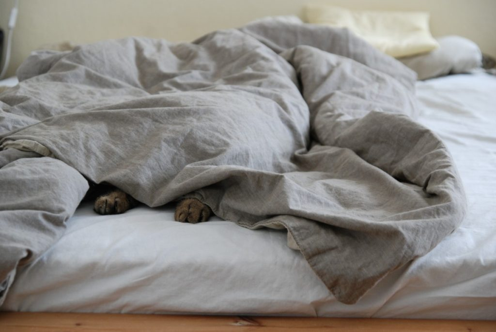 how to make bed look fluffy
