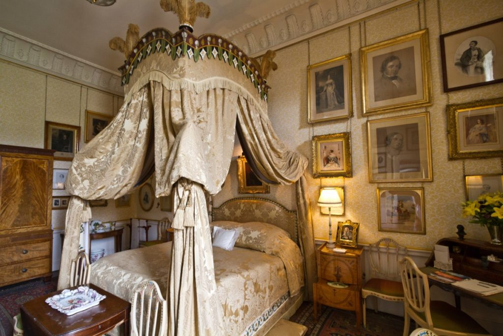 what are bed curtains victorian era