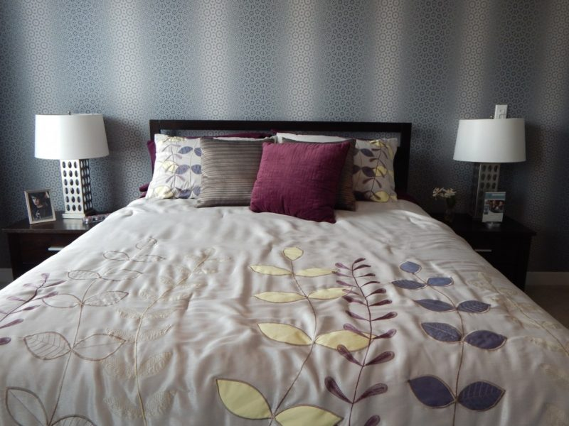 how to fit a queen size bed in small rooms