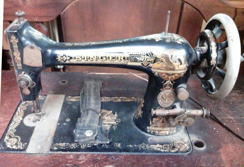 how to remove singer sewing machine cover