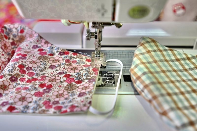 how to reverse stitch on a singer sewing machine
